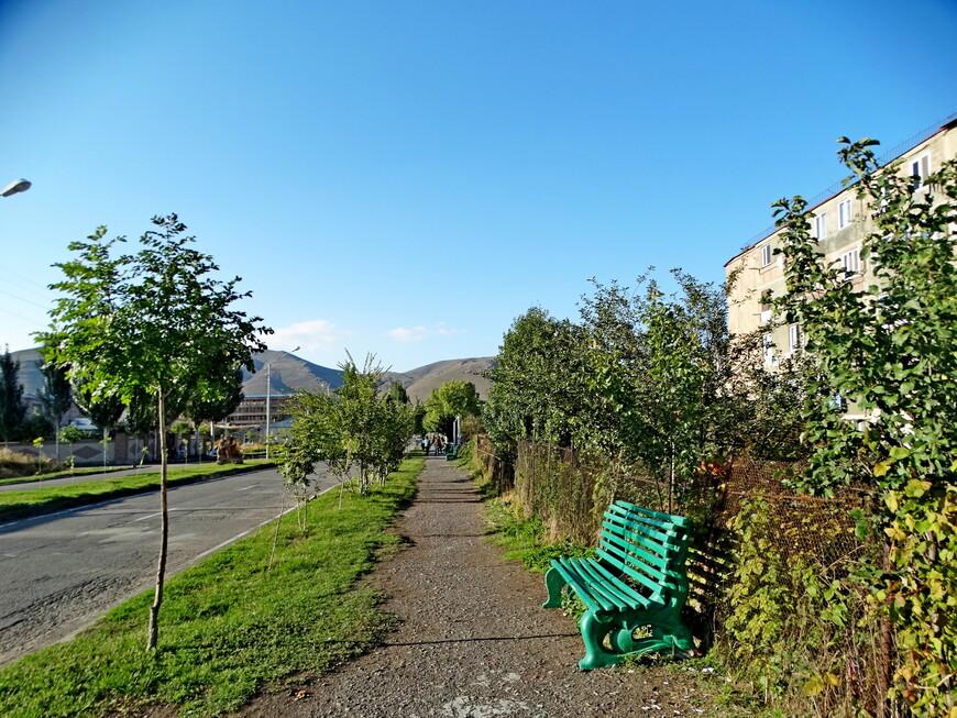 Улицы города Севан похожи на аллеи в провинциальном парке. Можно отдохнуть от пешеходных прогулок, посидеть на скамейке, рассматривая горный пейзаж.