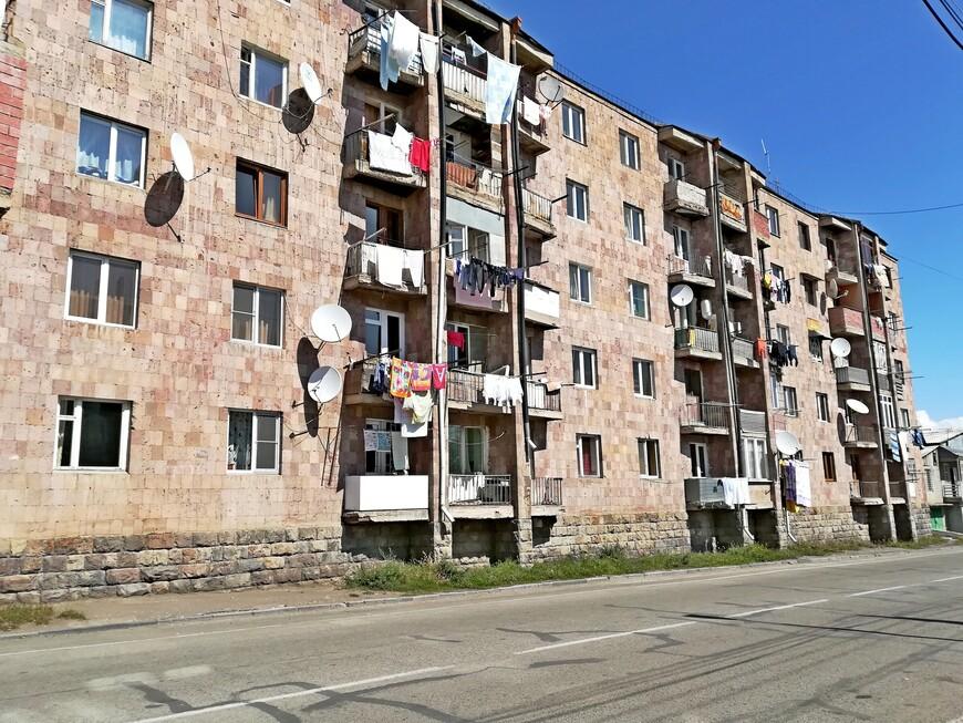 В Армении так вот развешивают бельё для сушки, перед балконами.