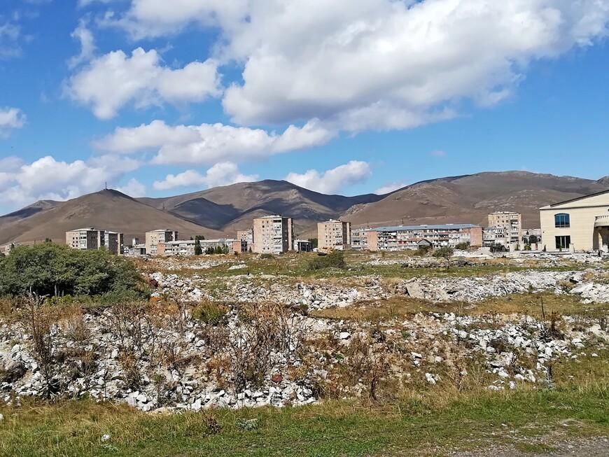 Это не мусор белеет. Камни. Вокруг ведь горы. И И Севан находится в горах на одном из хребтов на высоте 1900 м.