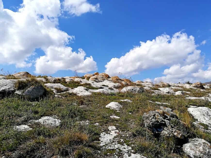Берега озера Севан вобрали в себя всё разнообразие пейзажей. Вот, например, фрагменты скальных образований.
