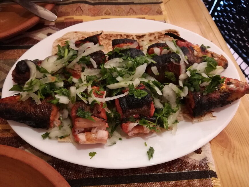 Блюдо из знаменитой форели из высокогорного озера Севан. Бесподобно вкусно!!! По-армянски севанская форель называется ишхан.
