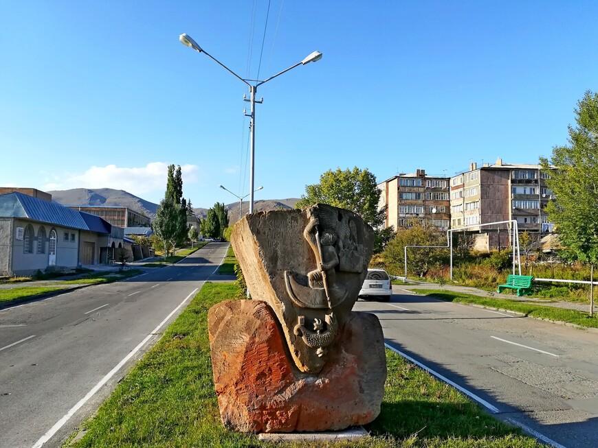 """Декоративная скульптура """"Христианский святой великомученик Георгий, убивающий змея"""".  Армения - первое государство в мире, объявившее христианство государственной религией. Святой Георгий (Геворг) Победоносец - один из наиболее популярных среди армян святых."""