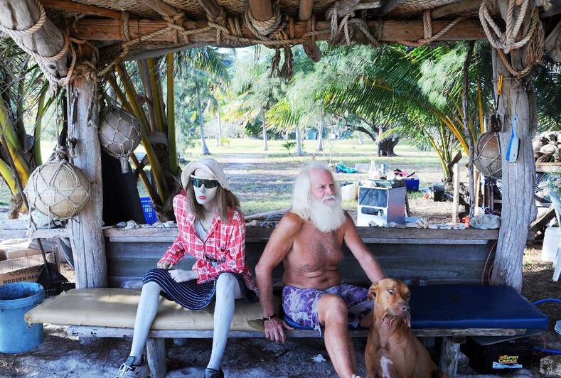 Робинзон XXI века: бывший миллионер почти 30 лет живет на необитемом острове без денег и людей (фото его дома)