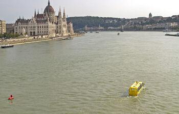 Плывущий по Дунаю автобус