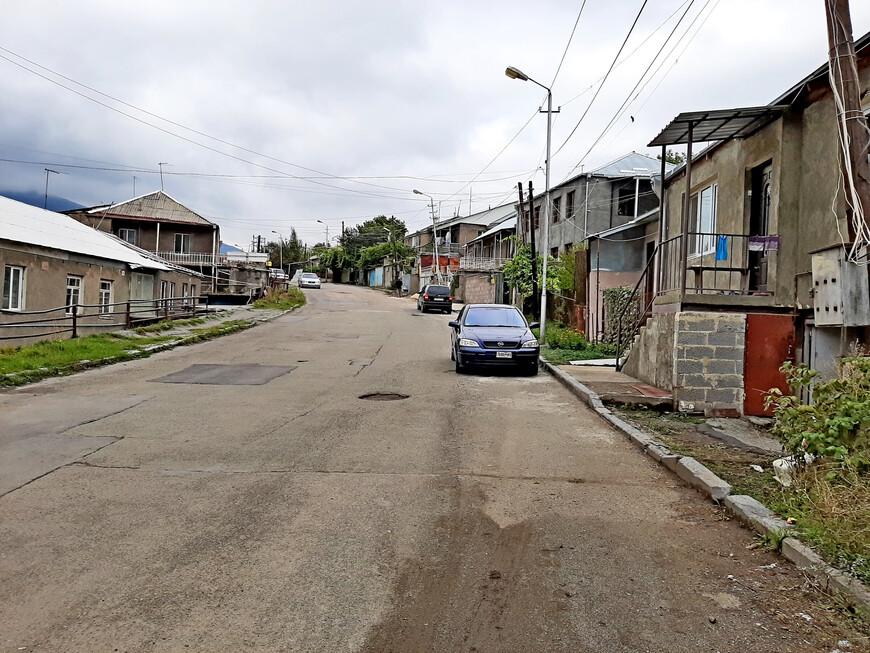 Адрес нашего отеля - улица Маштоца, 1. Вот она. Мы разочаровались. Она показалась нам невзрачной, негородской (стрёмной )) ).  По этой улице мы шли очень долго. Она такая длинная. Но зато мы увидели, как живут простые люди в небольших домах.