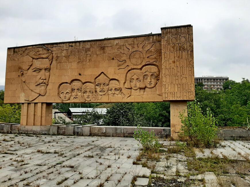 """Памятник Степану Шаумяну (Monument to Stepan Shahumyan), 1967г. Напротив гостиницы """" Кировакан"""", за озером. Улица Московян (Московская)."""