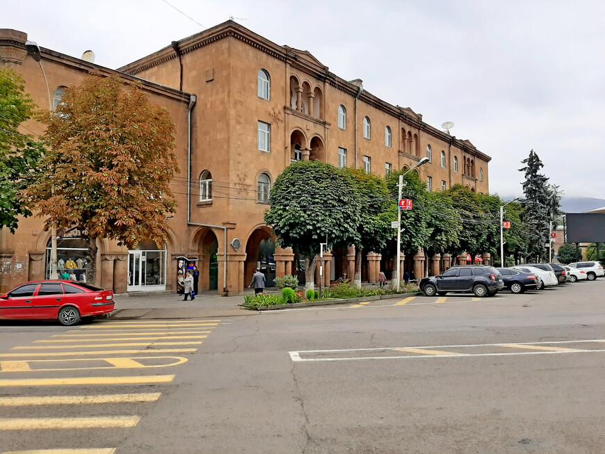 """Улица Мовсеса Хоренаци спускается вниз и ведёт к железнодорожному вокзалу и автостанции """"Ванадзор""""."""