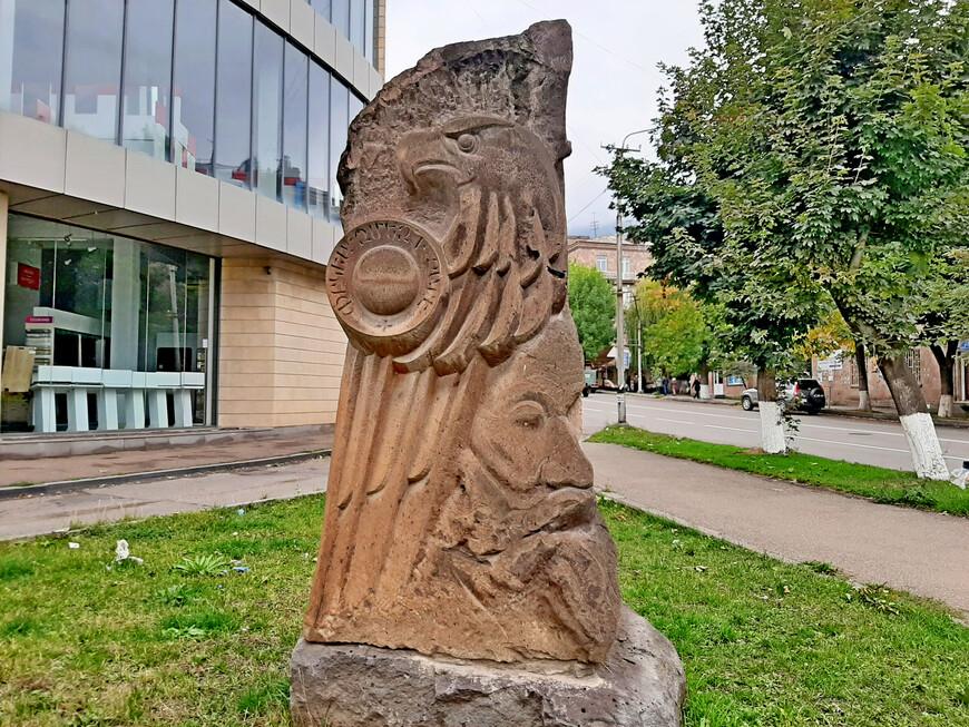 Армяне  гордятся  историей своей страны, создают великолепные скульптуры, которые украшают улицы города и рассказывают о героическом прошлом. На проспекте Тиграна Меца.