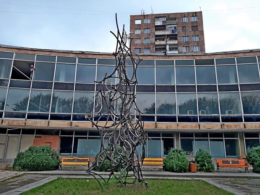 Ванадзорский Музей изобразительных искусств  Tigran Mets St. 52( проспект Тиграна Меца).
