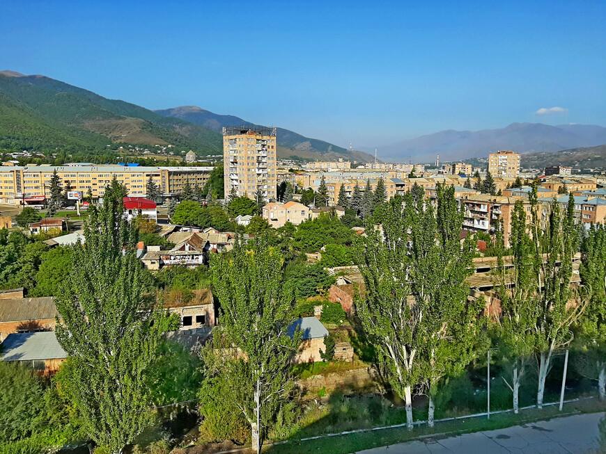 """Ванадзор. Третий по величине  (после Еревана и Гюмри) город в Армении. Административный центр марза ( области) Лори. Вот он, как на ладони, окружённый хребтами древних гор. Ванадзор находится в природной низменности между Базумским и Памбакским хребтами. Ванадзорская котловина - место слияния трёх горных рек : Памбак, Тандзут и Ванадзор. Местность вокруг Ванадзора называется округ Гугарк. Панорамные виды Ванадзора со смотровой площадки около отеля """" Кировакан"""" просто восхитительны! Они изменили наши впечатления о городе. Ванадзор - красивый город!"""