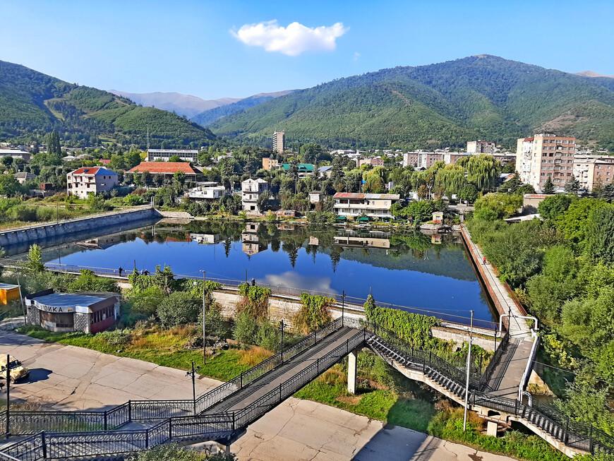 """Если спуститься  от отеля """"Кировакан"""" вниз по лестнице, то попадём в красивейшее место Ванадзора - на набережную  озера Лейк. Это искуссвенное озеро в центре города. Вдоль его прямых """"берегов"""" журчат проворные  реки  Тандзут и Ванадзор. Интересно происхождение названия Ванадзор. Слово состоит из двух частей: Ван - название озера, и дзор, по-армянски это """" долина"""". Искусственное озеро украшает Ванадзор и является водохранилищем. В нём водится рыба."""