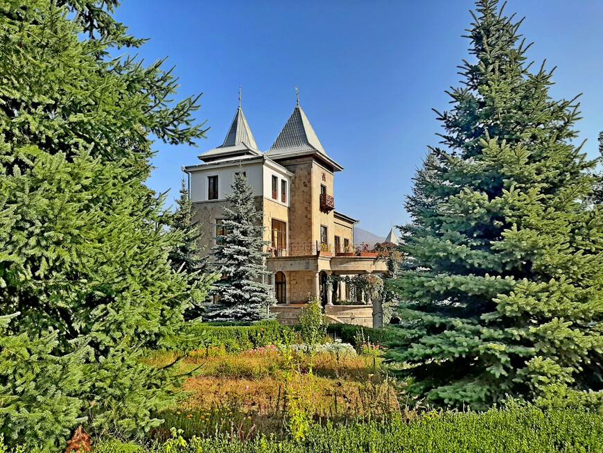 Территория резиденции Архиепископа - красивый ухоженный сад. Прелатия епархии Гугаратов находится здесь с 2000 года. Здание  включено в список памятников истории и культуры Ванадзора.