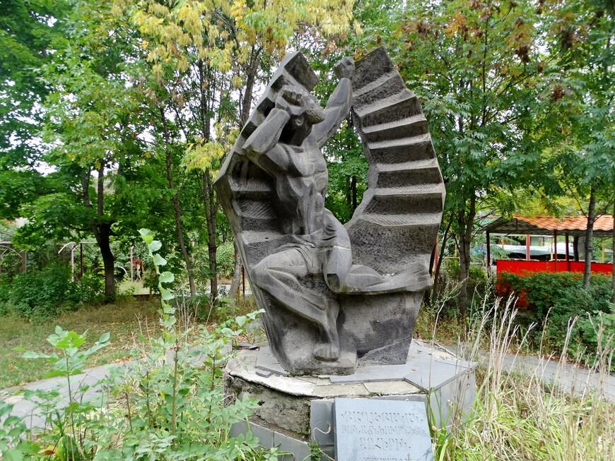 Памятник жертвам политических репрессий 1920 - 1991 гг. Каменный монумент на постаменте, облицованном серым мрамором. Памятник был открыт  9 октября 2001 года. Скульптор Герасим Туманян.