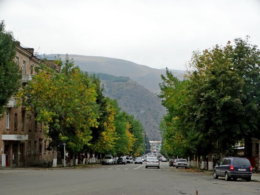 Ванадзор - живописный, спокойный, тихий город, при желании и наличии сил пешком можно пройти его весь часа за 3 .