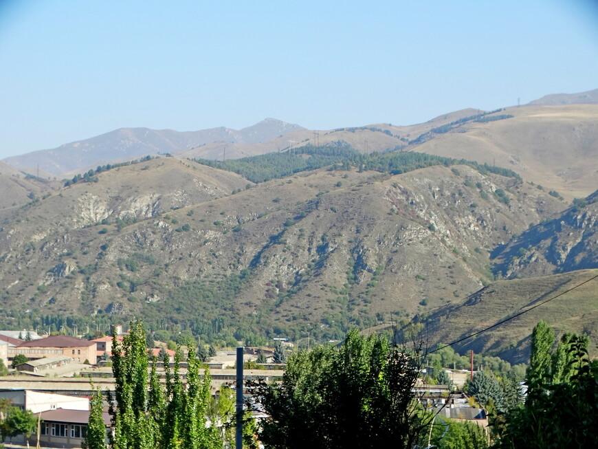 """В удивительном и невероятно красивом месте расположен  Ванадзор, в одноимённой котловине, на высоте 1350 метров над уровнем моря, в  117 км по трассе от Еревана. Никто не знает, когда точно появилось здесь первое поселение людей: по одним источникам - во II в. до н.э,, по другим - в III в. до  н.э. Историки утверждают, что это было поселение, входившее  в состав Великой Армении. Название его на протяжении  существования изменялось. В раннем Средневековье было -  Караклис (или Каракилисе, турецкое происхождение слова, Kara kilise - """"чёрная церковь"""") В 1801 году Караклис  ввели в состав  Российской империи. Название Караклис существовало до 1935 года.  В советский период, после смерти С.М.Кирова, городу было присвоено имя Кировакан, которое он носил до 1993 г. А затем был переименован в Ванадзор (по географическим названиям котловины и реки). Официально считается, что город был основан  191 год тому назад ( в 1828 году)."""