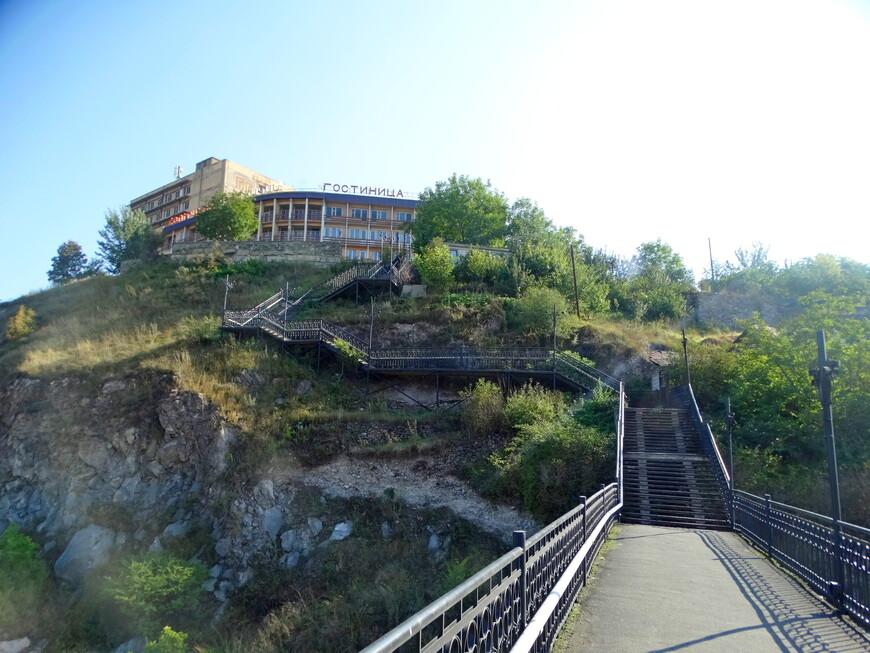 """Вид с другой стороны нас обрадовал тем, что, если встать спиной к гостинице, - открывается прекрасная панорама Ванадзора. Вот это бонус!!!  Гостиница (отель) """"Кировакан"""" стоит на возвышенности, как замок.  Если спуститься по лестнице и пройти вдоль озера, то окажемся в центре города. Расстояние от отеля до центра - 400 метров."""
