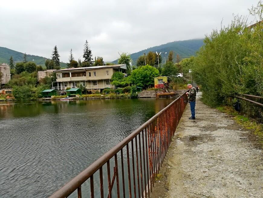 Эта дорога вдоль искусственного озера ведёт в центр города.