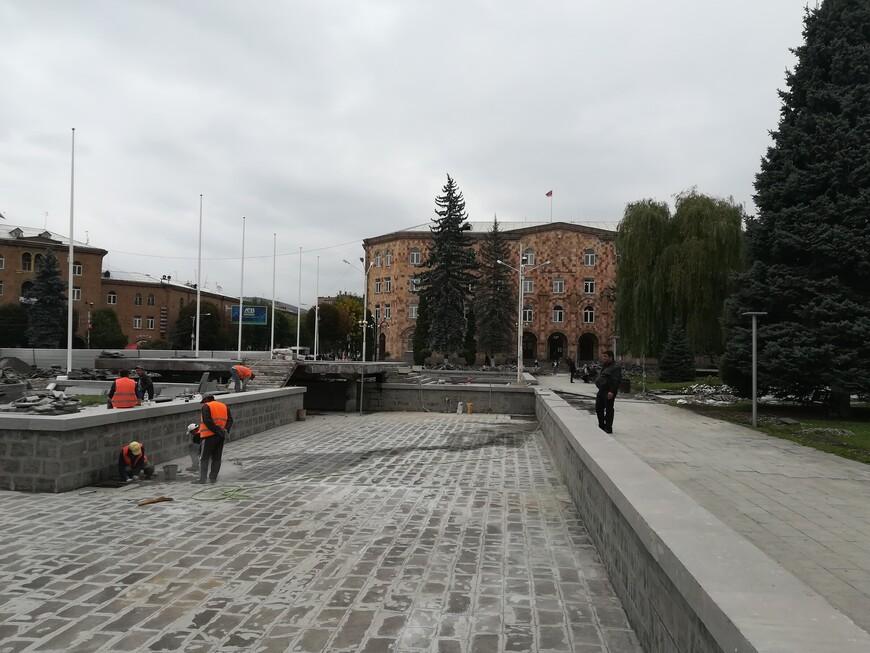 Работа по благоустройству Ванадзора. Площадь Айка в её центральной части  украшают несколько фонтанов. Осенью их почистили и законсервировали. Главную  площадь  легко узнать по значимым зданиям, которыми она окружена.