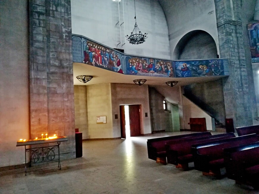 В армянской апостольской церкви свечи ставят в прямоугольные подсвечники- ёмкости, наполненные песком и водой. Есть скамейки, это забота о пожилых, немощных и детях, которым трудно стоять во время Литургии.