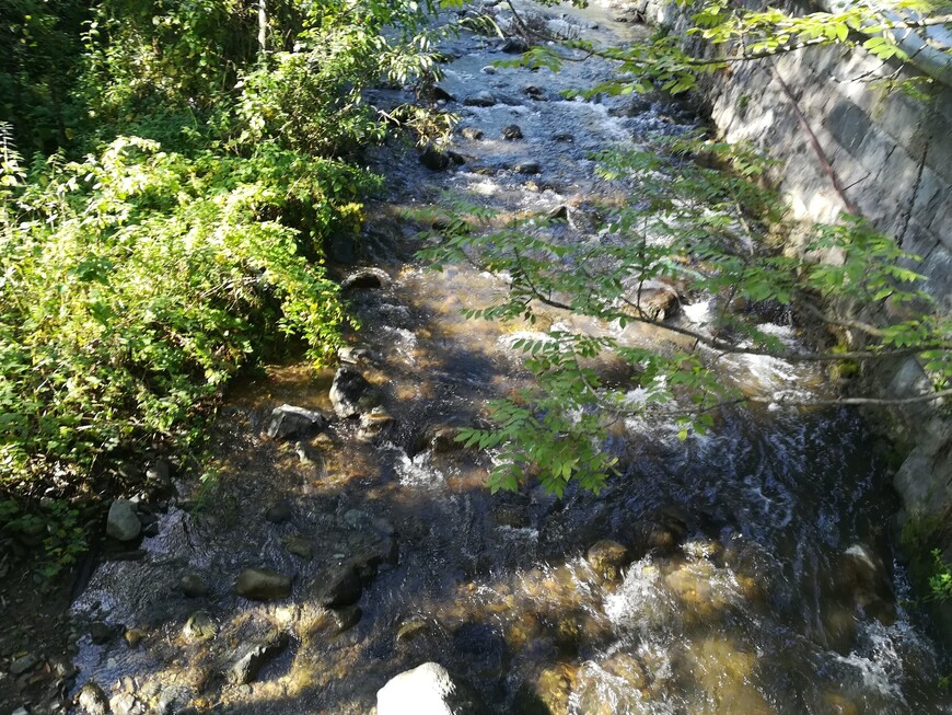 По  парковой территории  резиденции Архиепископа Лорийского Марза протекает река Ванадзор.