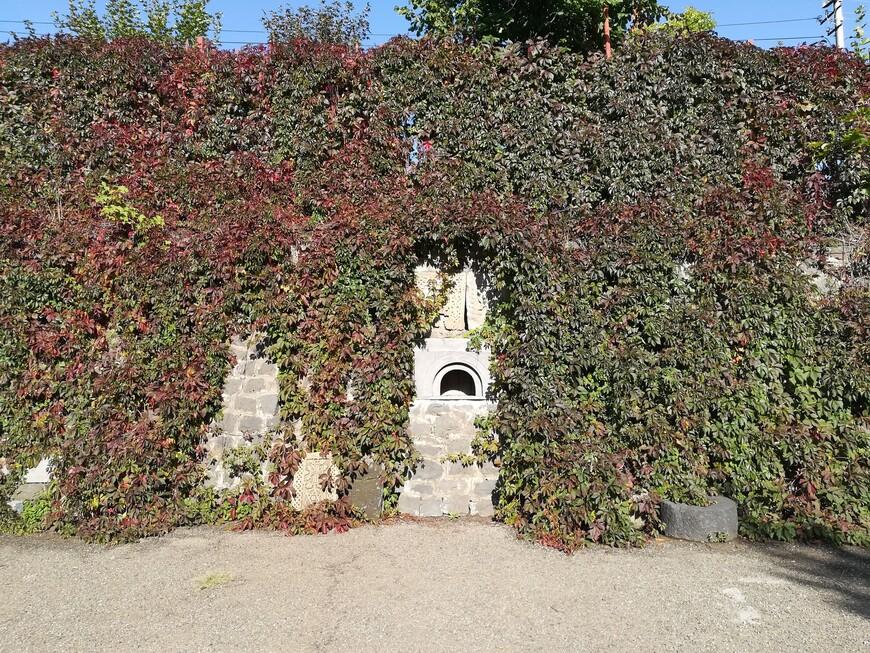 Стена с нишей  возле церкви Сурб Саркис (Святого Сергия).