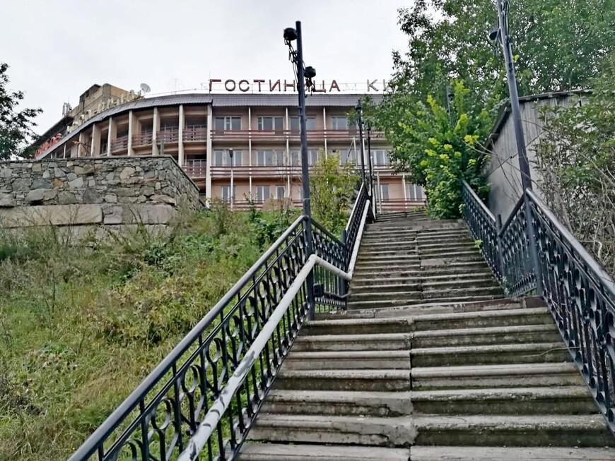 А нам понравилось передвигаться по лестнице: и красоты увидишь, и в тонусе будешь.