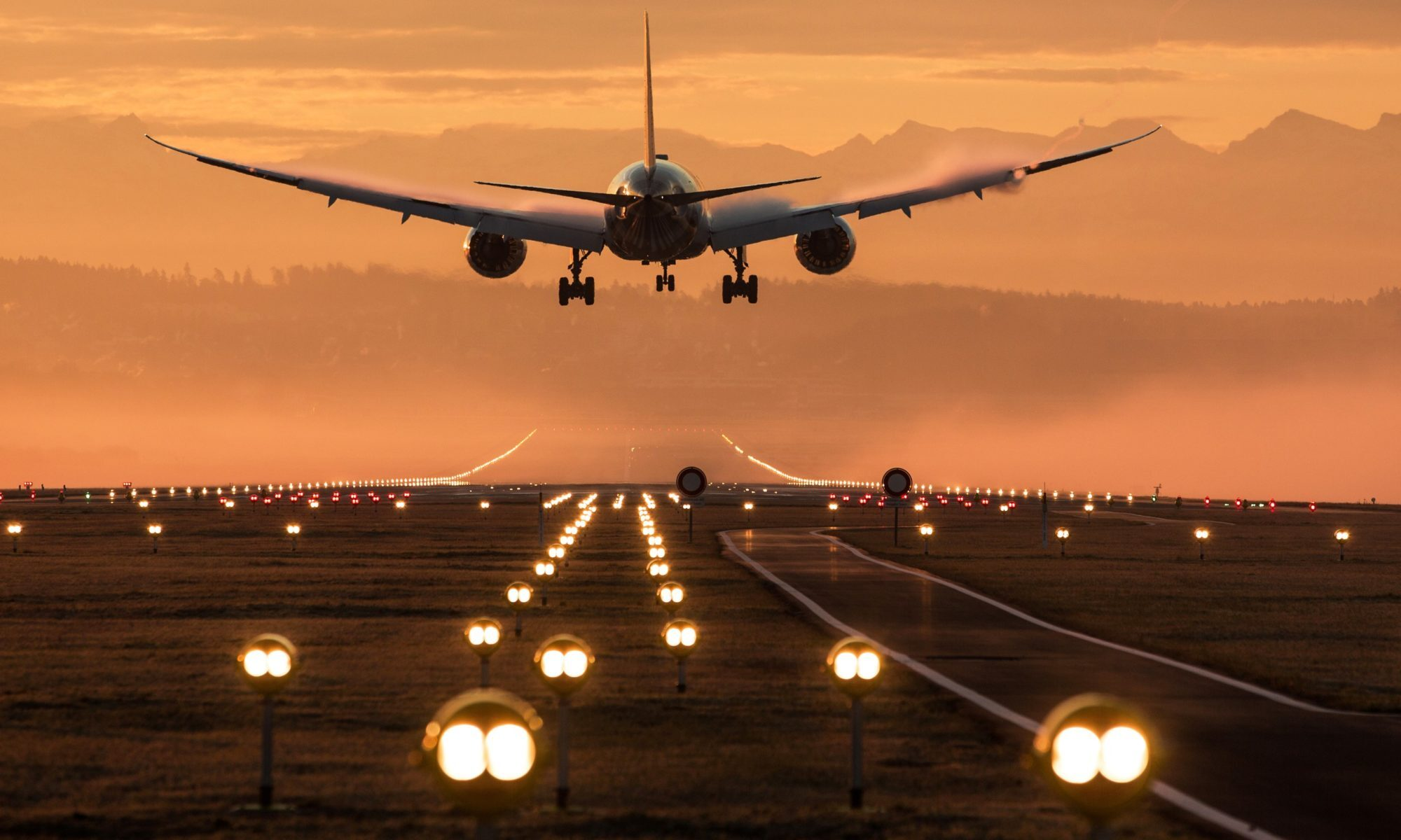 Фото пассажирского самолета идет на посадку