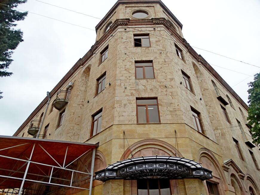 """Отель """"Гугарк"""" гордо стоит в самом центре города, окнами на  площадь Айка. (Айк Наапет – легендарный прародитель армянского народа, считается праотцом всех армян и первым армянином. Айк ( или Хайк, Гайк) - потомок Ноя. Местность вокруг Ванадзора называется округ Гугарк, отель назван в честь округа. Построен по проекту Багдасара Арзауманиана."""