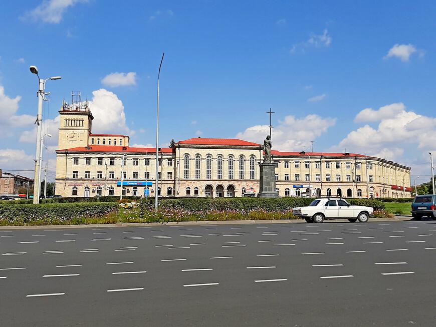 Площадь Независимости. Вторая по величине площадь в Гюмри. Построена  в 1940 г. как  площадь Ленина.  Во время Спитакского землетрясения 7 декабря 1988 г. была значительно повреждена. Современное название -  площадь Независимости получила в 1991 г. с обретением Арменией независимости. Здесь в апреле 2018 г., во время Бархатной революции,  кипели политические страсти, собиралась оппозиция, требующая отставки действующего правительства. Самое высокое здание слева  - бывшая текстильная фабрика.