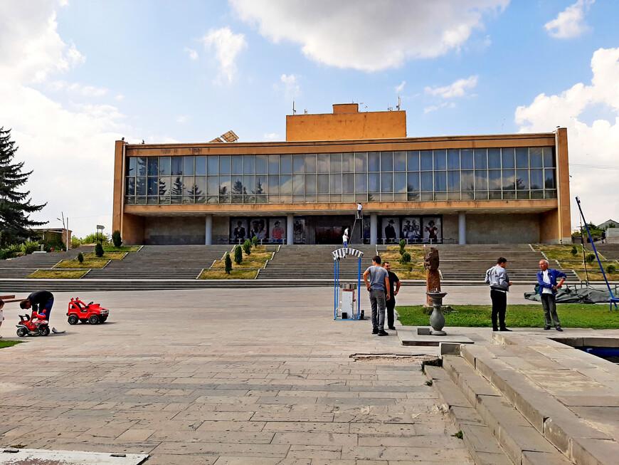 Гюмрийский государственный драматический театр имени Вардана Аджемяна (улица Саят-Нова, 4/20).