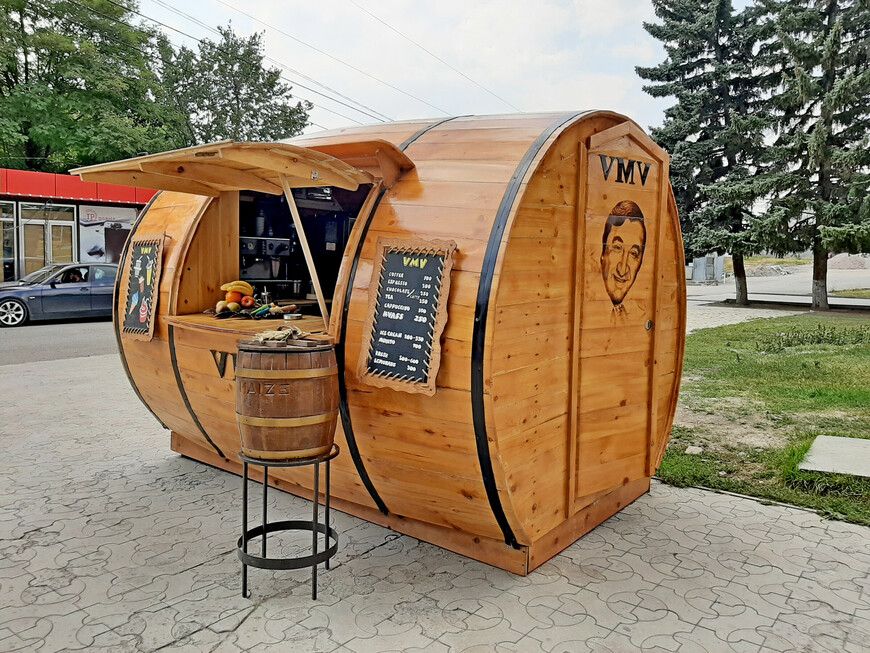 """О народной любви к  Фрунзику Мкртчяну говорит и оформление киоска """"  Пиво- воды, мороженое""""."""