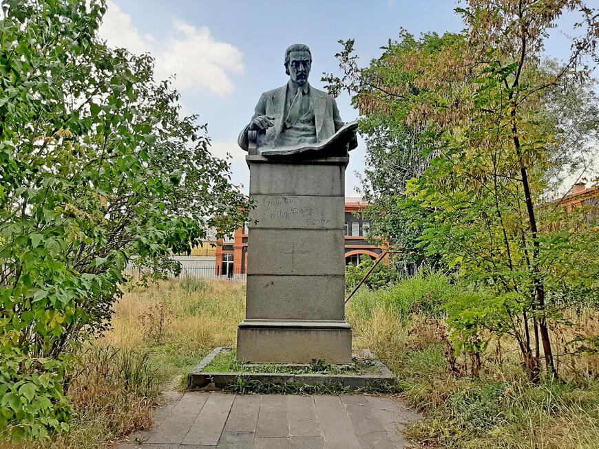 """Это забытый парк. Может быть, его не восстанавливают из-за того, что не переименовали. Парк имени  Н.К. Крупской.  Но в нём есть красивый памятник  выдающемуся армянскому композитору Армену Тиграняну, 1879 -1950 гг., уроженцу Александрополя (Гюмри), автору знаменитых опер """"Ануш"""" и """"Давид-бек"""".  Также Армен Тигранян  перевёл на армянский язык ряд либретто, в том числе к операм """"Кармен"""" и """"Риголетто"""".  По последним данным учёта в настоящее время в  Гюмри имеется 99 памятников и бюстов. К этому явлению городская общественность относится неоднозначно, задаваясь вопросами: """" Нужно ли маленькому городу, прилагающему нечеловеческие усилия для того, чтобы вырваться из тисков бедности, продолжать тратить деньги на скульптурные заказы и можно ли любой устанавливаемый памятник считать произведением искусства""""...  Многие памятники в Гюмри родом из советского прошлого Армении. Они сейчас по-разному воспринимаются.  Некоторых людей раздражают. Всё советское хотят видеть на свалке. Однако много и таких людей, которые ничего плохого в изобилии памятников прошедших десятилетий  не видят, потому что нельзя терять историческую память."""