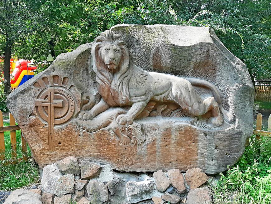 В парке Багратуняц  есть различные скульптуры и статуи, которыми можно любоваться.  Символ льва встречается на Армянском нагорье с незапамятных времен. Многие армянские династии, такие как Багратуни и Рубениды, использовали символ льва в своей геральдике. Да и название парка Багратуняц, видимо, соотносится с Багратуни (Багратиды) - древним армянским влиятельным княжеским родом в Армении. С 886 по 1045 это цари Армении.