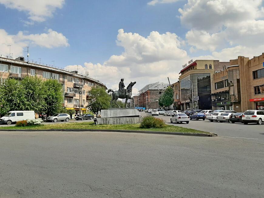 Площадь Багратуняц ( напротив улицы Горького). Конный памятник царю Армении Ашоту III Вохормац  Милостивому (952-977 гг.)  Ашот III Багратуни вошел в историю как истинный благотворитель, за что его и прозвали Милостивым.