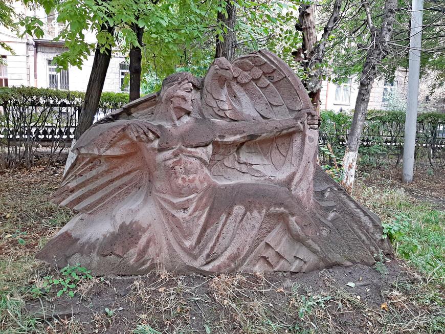 В парке Багратуняц много различных городских скульптур и статуй, созданных по мотивам армянского эпоса.