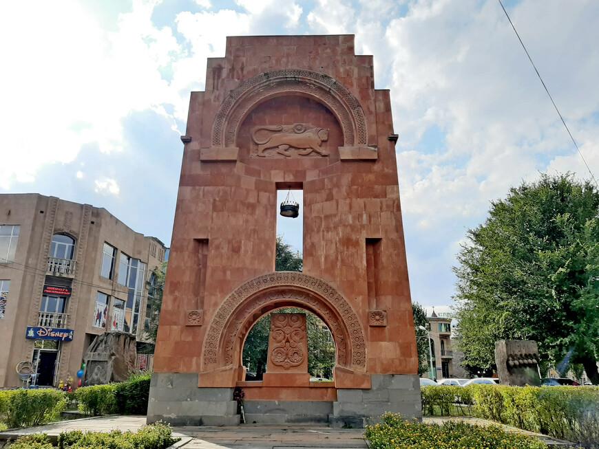 Арка с хачкаром рядом с городским рынком.  Герб династии  Багратидов  - бегущий лев и крест сверху