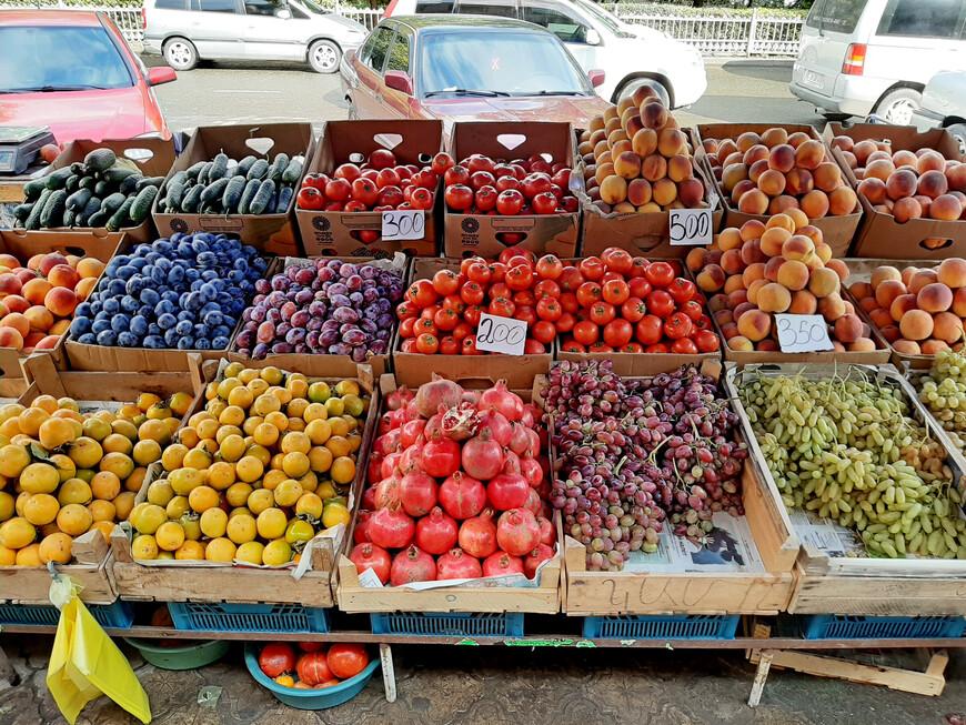 Сентябрь. Сезонные фрукты и овощи в изобилии в Армении.