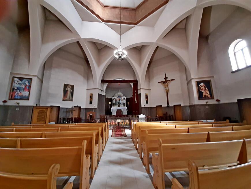 """Внутреннее  кафедрального собора Армянской католической церкви во имя """" Святых мучеников"""" (Србоц Наатакац) впечатляет: лаконично, строго, красиво. На стенах размещены религиозные картины, скульптурное распятие. В католическом храме прихожанам разрешается сидеть во время богослужения. Общеизвестно, что  Российские армяне-католики, насчитывающие около 100 тысяч человек, входят в состав Ординариата Восточной Европы с центром в Гюмри.  У Армянской католической церкви налажены тесные межцерковные отношения с Армянской апостольской церковью. Как говорят в Гюмри : """"Верующих объединяет то, что, во-первых, они армяне, во-вторых - христиане""""."""