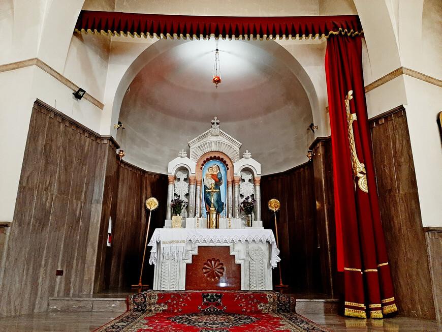 В католическом храме нет иконостаса. Алтарь освящён во имя Богородицы и   открыт для обозрения.