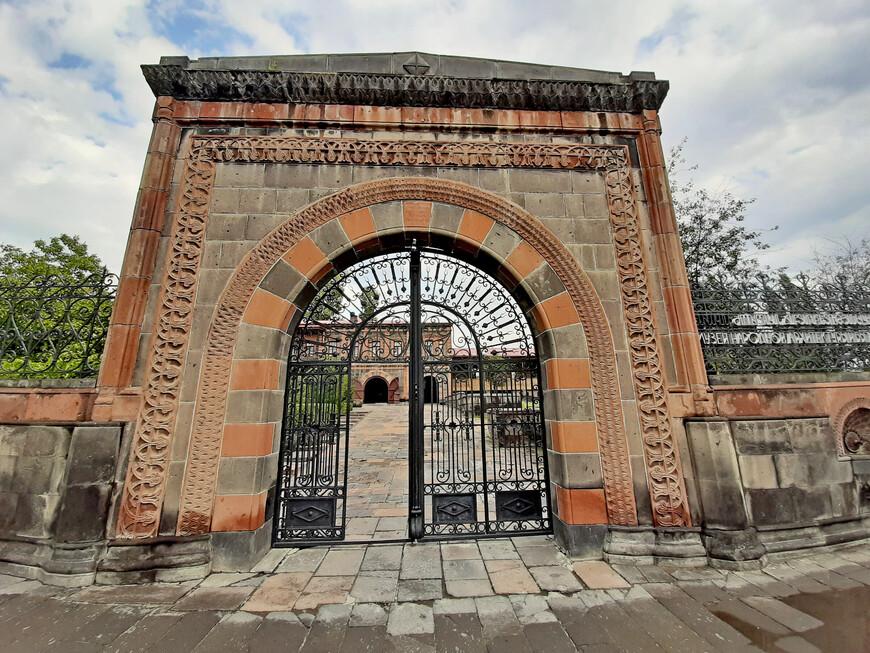 Вход на территорию Музея национальной архитектуры и городского быта. Адрес: проспект Победы, 47.