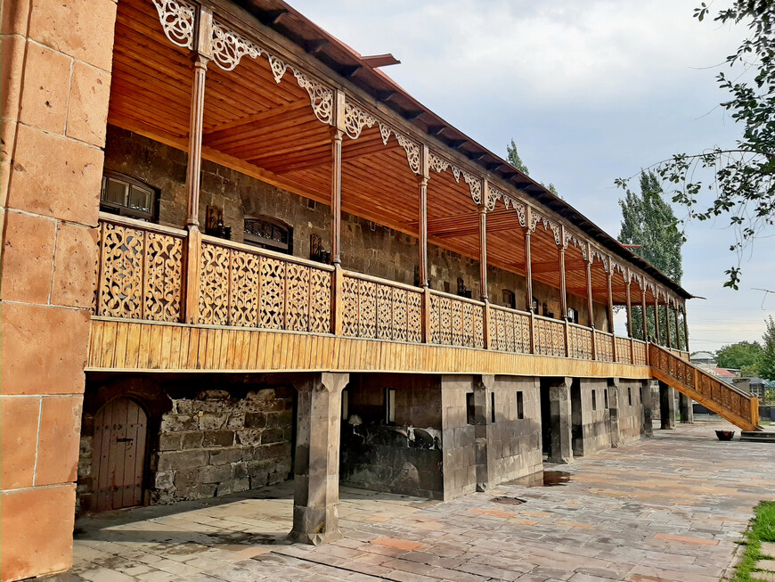 Дом украшен просторным балконом с ажурной деревянной резьбой и металлическими коваными узорами. С детства Сергей Меркуров в совершенстве овладел  ремёслами каменотёса и резчика по дереву.