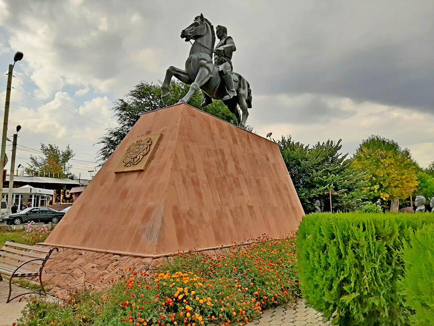 """Конный памятник """" Зоравар (полководец) Андраник"""" на проспекте Победы в сквере Победы (Ахтанак). Монумент создан в 1989 году скульптором Габо Еремяном и архитектором Генриком Гаспаряном.  Легендарного военачальника возвели на его коне  Аслане.   О коне генерала Андраника существует много легенд, согласно которым он двигался с молниеносной скоростью, и когда Андраник был на коне, ни одна  пуля не   попадала в него. Андраник был очень привязан к Аслану.  Говорят, что после смерти военачальника, его конь, не сумев перенести потерю своего хозяина, поднялся на вершину скалы и бросился в море."""