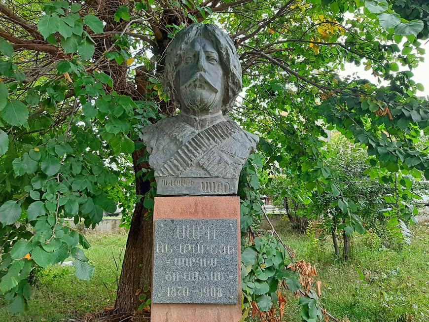 Бюст Севкареци Сако (Саркис Цованян 1870-1908), выдающегося деятеля армянского национально-освободительного движения, фидаи. Саркис Цованян активно содействовал  переходу армянских добровольцев и перевозке оружия в Западную Армению через  ирано-турецкую границу.