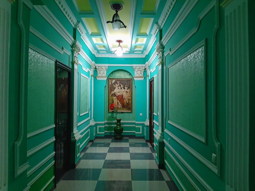 """Отель """"Золотой абрикос"""" помпезный."""