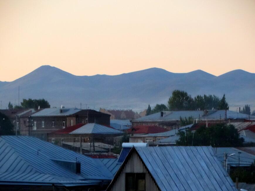 Вечер. Вид на старый Гюмри. Солнце прячется за безмолвные горы. Мысль о том, что эти горы принесли немало  бед городу и Армении, волновала.