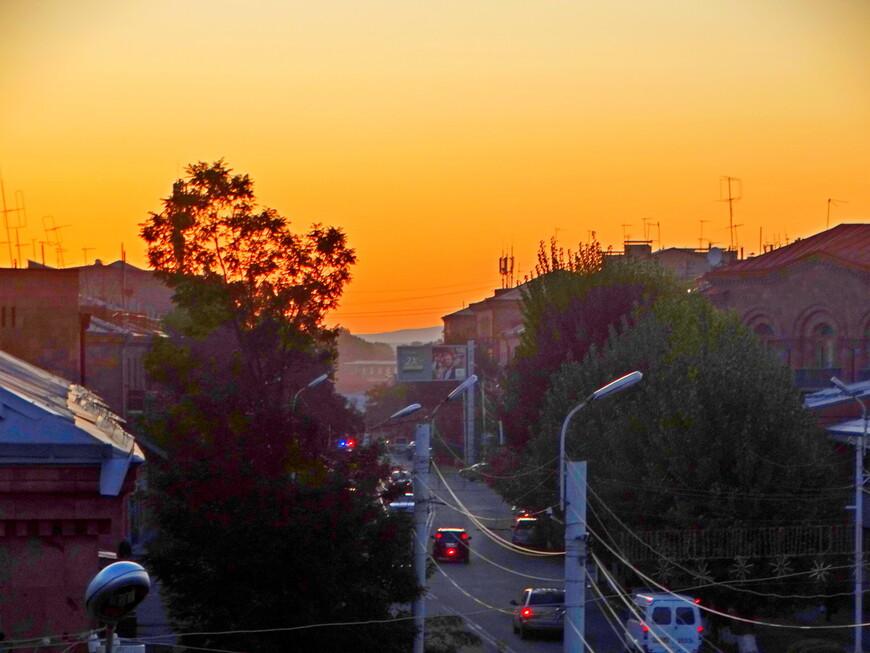 """Цвет вечернего неба соответствует названию отеля """"Золотой абрикос"""". Волшебно!"""