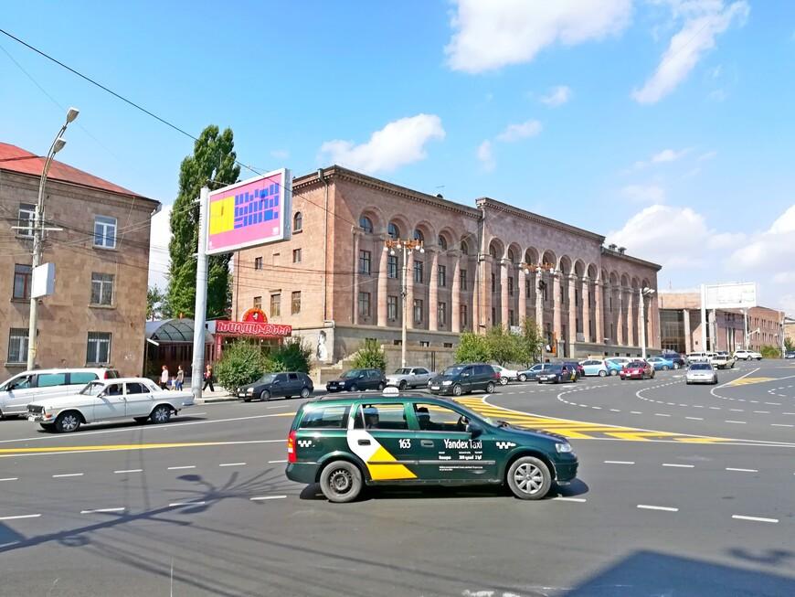 Площадь Независимости имеет квадратную форму. окружена парковой территорией. На примыкающей к площади территории расположены Академия искусств и городской суд Гюмри.  В городе удобно пользоваться такси, если нужно посетить туристические  объекты, находящиеся на окраине или за городской чертой ( 1 км - 100 драм). Действует  Яндекс Такси. Но к достопримечательностям, которые расположены близко к историческому центру, интереснее совершать пешеходные прогулки.