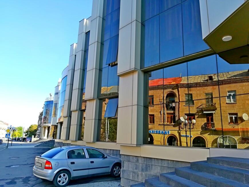 Улица Горького. Отражение старого Гюмри в окнах современных зданий. Эта улица  очень протяжённая, кажется бесконечной. Если хватит сил её пройти, можно оказаться у ж/д вокзала.