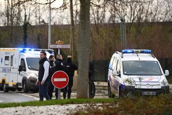 В пригороде Парижа преступник с ножом напал на прохожих: есть жертва и раненые