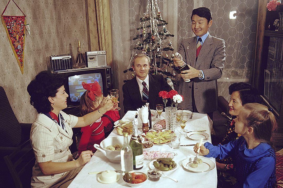 снималась советский новогодний стол фото при большом